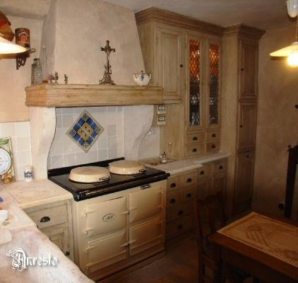 Antieke keukens. landelijke keuken in 18de eeuwse eik met oude ...