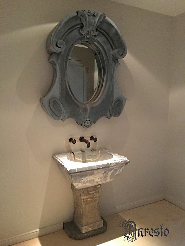 ANRESTO, Italiaanse marmeren wasbak verfraaid met antieke kraan